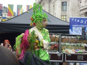 Circus in London Streets - extreme hairdressing!